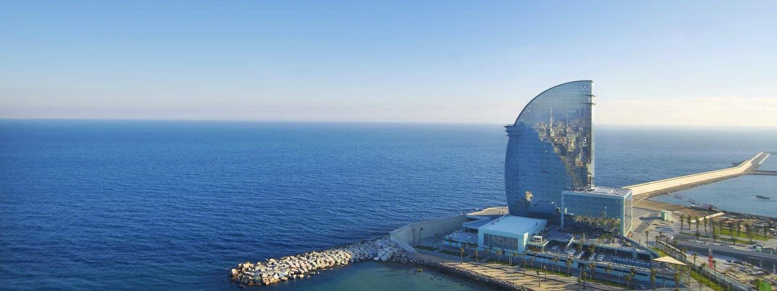 El W Barcelona està situat al passeig de la Barceloneta. Disenyat per Ricard Bofill, es un exemple de luxe i paradis.